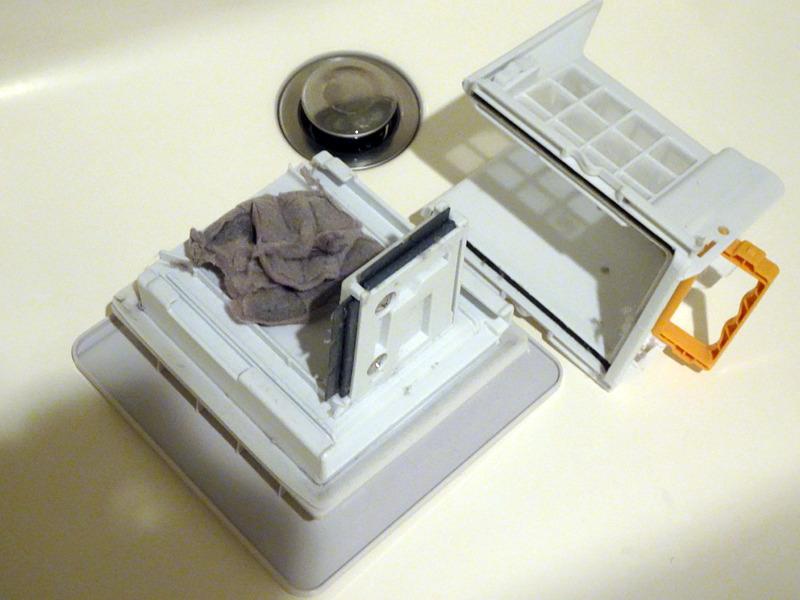 分解すると同時に、内側に付着したホコリを削ぎ取るギミックも。ブラシなどで内側を擦ったりしなくても大まかにゴミが取れてしまうので手入れの手間を軽減してくれる