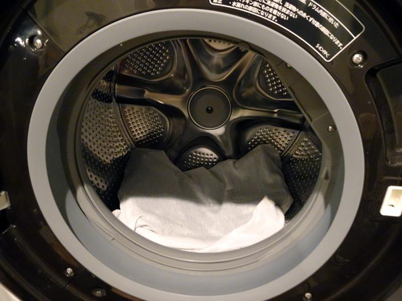 """""""おしゃれ着″コースを使えば、手洗い表示の学生服の洗濯ももちろんオーケー(洗濯ネットに入れる)。ドラム式だが、槽に水を溜めて、ドラム槽を少しずつ揺らすような制御で優しくゆすり洗いしてくれる"""