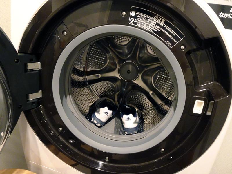 """ドラム槽を回転させずに乾燥させる""""静止乾燥""""機能も便利。ある程度の高温の熱風に耐えられる靴や帽子などの乾燥に非常に活躍した"""