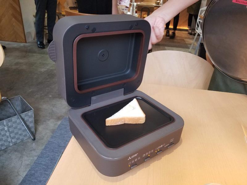 1枚焼きトースター「三菱ブレッドオーブン」。密封断熱構造により、パンの水分や香り、うまみをギュッと閉じ込めるという