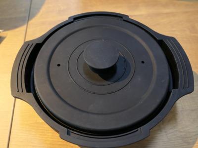 専用容器。黒いシリコン製なので、そのまま食卓に出してもよさそうな落ち着いたデザイン
