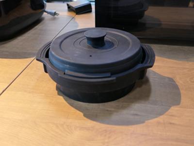 蓋を置く位置を変えると高さが変わるるので、片面焼きができる。