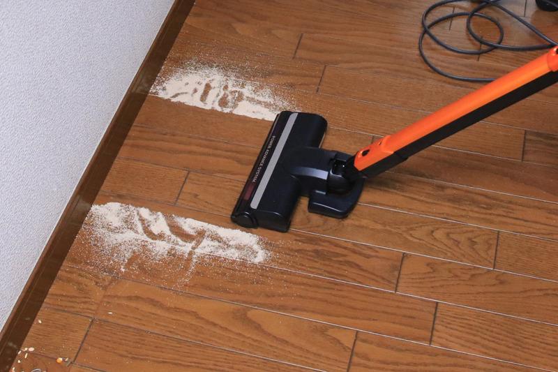 砂ゴミはフローリングの目(板と板の隙間)に入ったものまでバッチリ吸い込める。また壁の際の際まで吸い取れる。ここまでキレイになるバッテリー式のスティック掃除機は少ない