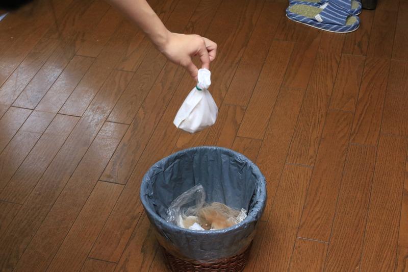 ゴミでいっぱいになった紙パックは、輪ゴムで口を縛ってから捨てるとホコリが舞い散らない