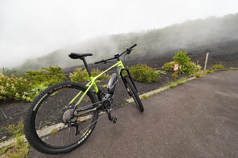 でもe-bikeなので、フツーに上って間もなく新五合目駐車場に到着。写真を撮りながら上って15分くらいでしょうか。あいにく霧が出てしまいました。晴れていれば富士山を間近に見られます