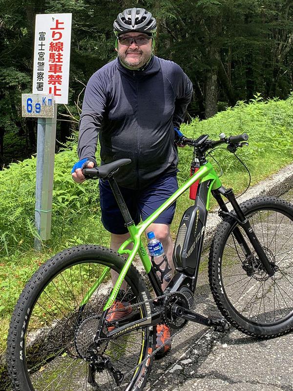 五合目まで6.9kmの地点に上ってきました。どんどん涼しくなる! e-bikeだし登坂も快適。絶好調~♪ 富士山サイコー!!