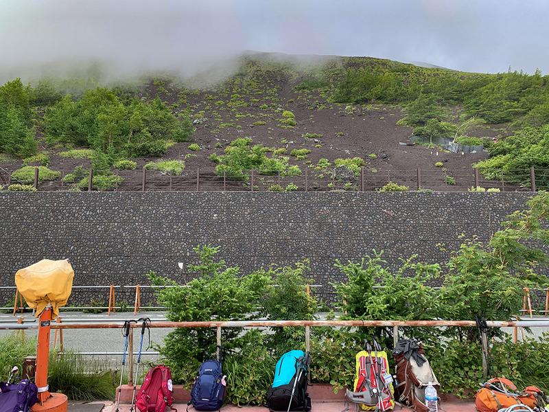 この五合目は富士宮口の登山口。最も標高の高い登山口なので、短距離で富士登山できる登山口として人気があります。これから登る人のザックがたくさん