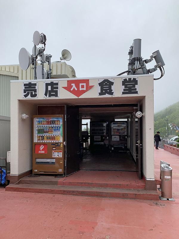 こんな売店・食堂も。さすがにこういう場所の飲み物・食べ物は高いんですが、標高約2,400mで食事しつつ休めるのはありがたいですね~!