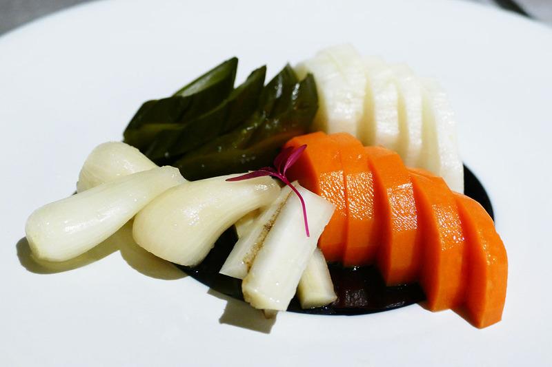 まずはカラフル野菜のピクルスから