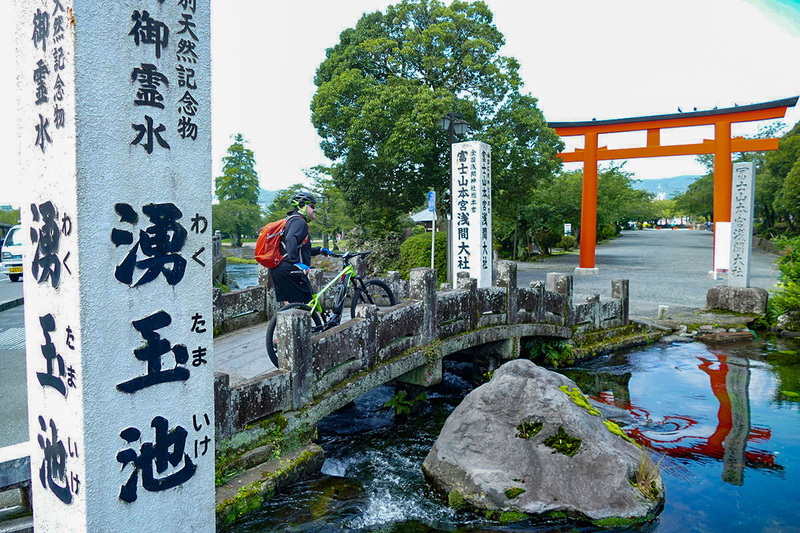 湧玉池を通り過ぎると、富士山本宮浅間大社が見えてきます