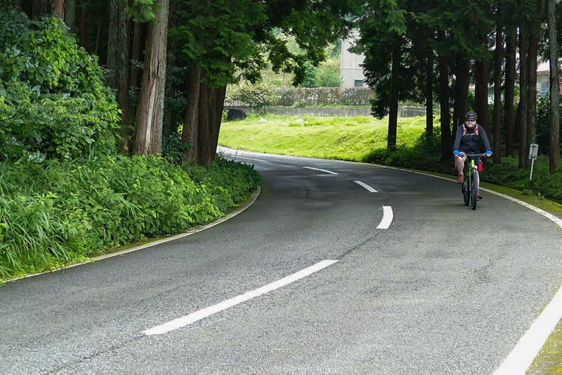 自転車で走って気持ちがいい道があると聞いたので、そこへ。富士宮ゴルフクラブへ上っていく道ですが、林のなかのワインディングになっていました