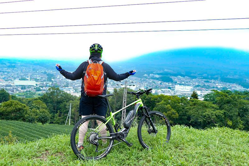 またもや富士山と富士宮市街を一望できるポイントに……来ましたが、さっきよりガスが濃くなってる~。それでも、広がる茶畑と市街は、なかなかの景観です