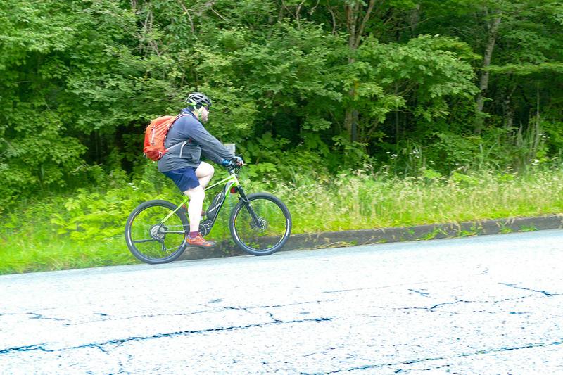 最初はちょっと上ります。でも涼しいしe-bikeだしで、とても快適にサイクリングを楽しめます