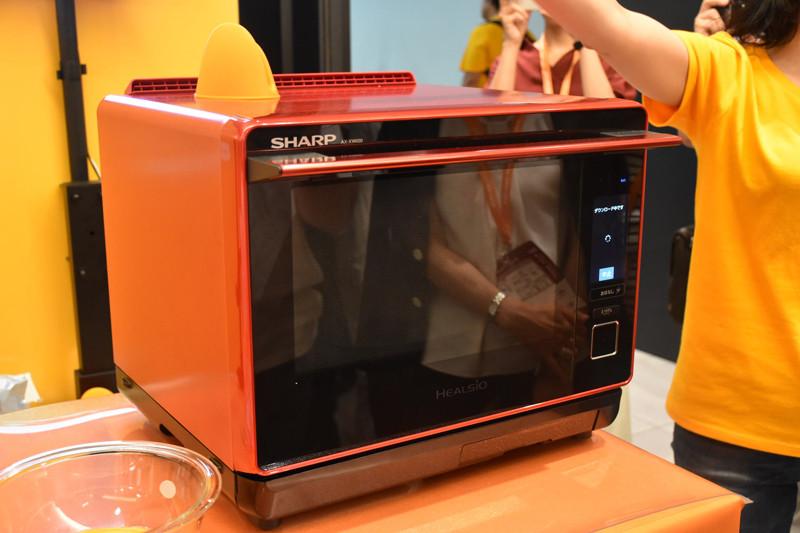 参考出展だが、シャープの過熱水蒸気オーブンレンジ「ヘルシオ」がクックパッドのOiCyと連携する形で初めて展示された