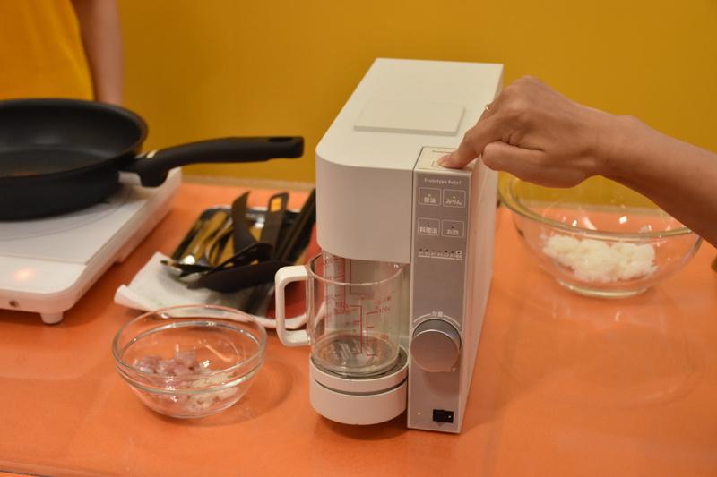 調味料サーバーの「OiCy Taste」のボタンを押すだけで、必要な分量の調味料が出てくる