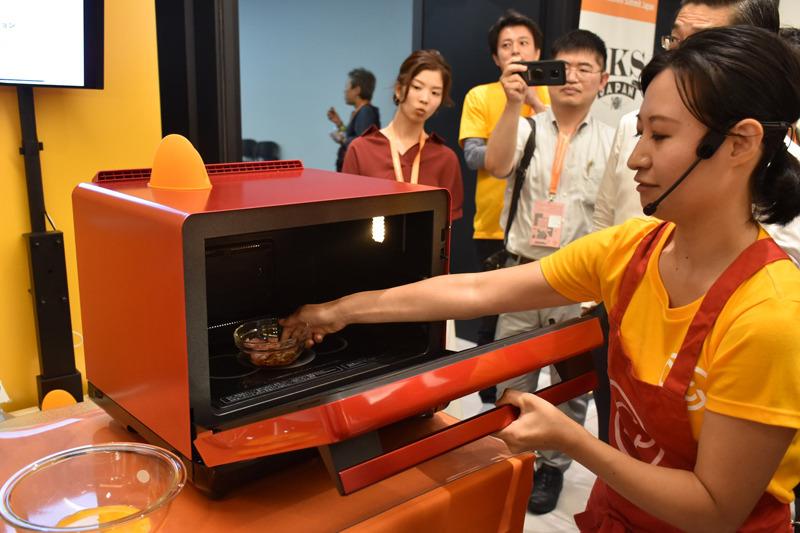 具材に調味料を加え、オーブンレンジに入れる