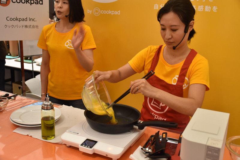OiCyに対応するIHクッキングヒーターで卵を焼き、調理を進めていく