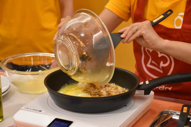 ご飯と具材を混ぜたチキンライスを載せて包み、オムライスが完成した
