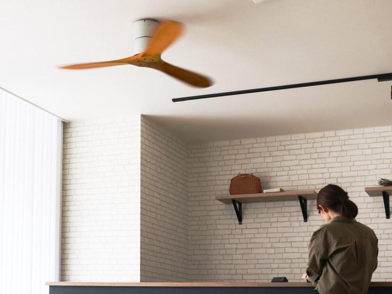 高さを抑えたデザインで、天井が高くない部屋でも、圧迫感なく設置できる