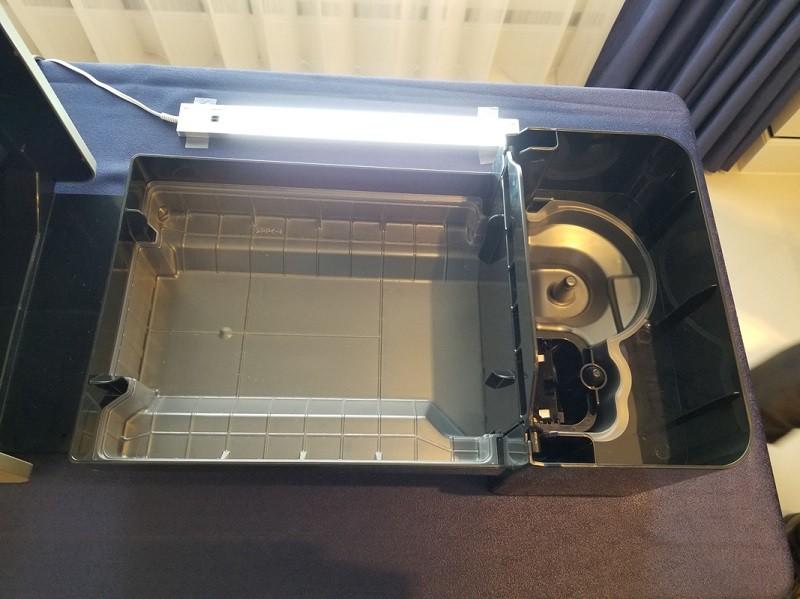 気化フィルターを外すと、透明の「カンタン取替えトレイカバー」が見える