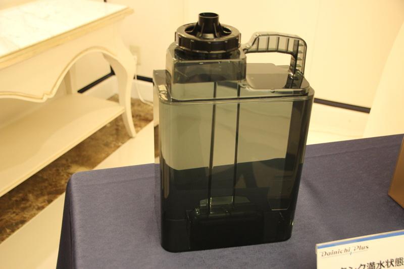 タンクは満水にすると約7.7kgになるが、上下に取っ手をつけることで持ち運びやすくしたという
