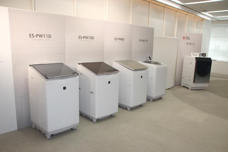 左から、洗濯/乾燥容量が11kg/6kgの「ES-PW11D」、10kg/5kgの「ES-PW10D」、8kg/4.5kgの「ES-PW8D」。今回発表した全自動洗濯機、7月に発売したドラム式洗濯乾燥機(右奥)とともに、AIoT対応機種となる