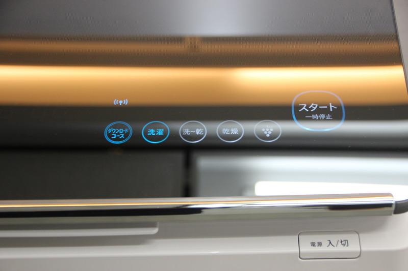 スタイリッシュで手入れがしやすい「ガラストップデザイン」で、空間を美しく引き立てるという。操作部は「光るタッチナビ」を採用
