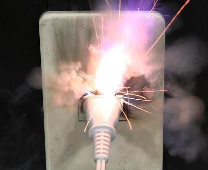 電源コードのタップとプラグの間にホコリが付着すると、トラッキング現象が起こり、写真のように発火してしまう