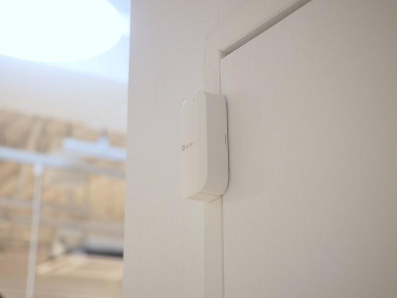 例えばドアセンサーと連携させれば、ドアを開けたら部屋の照明が自動で点灯する、などが可能になる