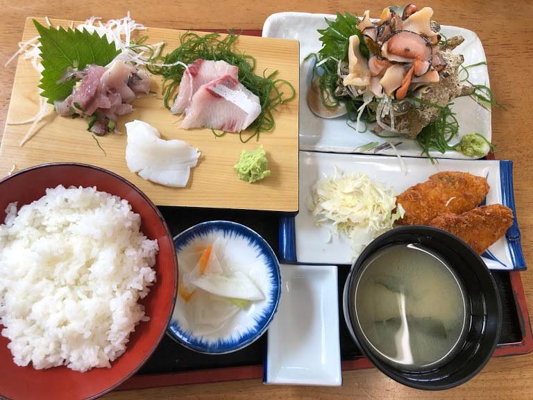 ランチは日本の渚百選の弓ヶ浜海岸の目の前にある青木さざえ店で貴重な下田S級のさざえ定食 、伊勢海老付きの定食から選べる