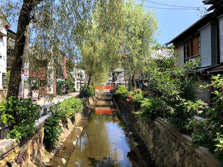 枝垂れ柳の並木と石畳、なまこ壁が美しい風情漂う小路「ペリーロード」