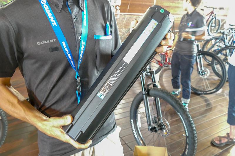 バッテリーを外したところ。重量はESCAPE RX-E+よりも約500g重い約4.2kg。そのぶん安全性も高まっている