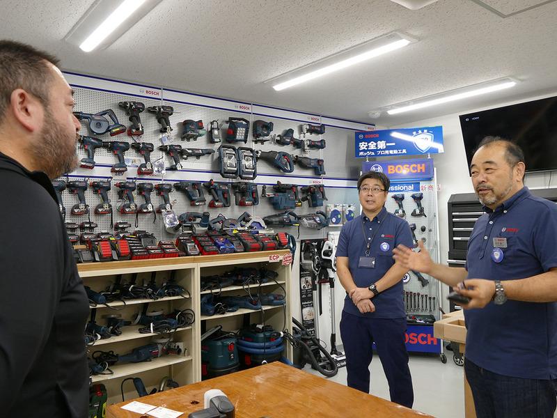 PTトレーニングルーム内を見物していると、お二人の先生が登場。吉沢さん(右)と阿部さん(左)です。愛称は「よっしー先生」と「アベちゃん先生」とのウワサ。気さくなお二方ですが、ボッシュ電動工具およびその関連品のことなら「何を聞いても全部答えてくれる凄い人たち」なんですっ!!