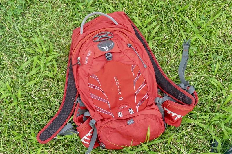 筆者が普段使用しているハイドレーションバッグはOSPREYのRAPTOR 10というモデル。ヘルメットホルダーやツールバッグも装備されており、とても便利。登山用品店などで購入することができます。ほかにも定番のCAMELBAGやモンベル、そしてシマノなどからもハイドレーションバッグは発売されているので、好みに合わせて選びましょう