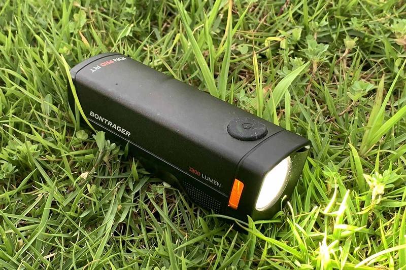ロングライドでは、標準装備のフロントライト以外にも、別途テールライトを装備したいものです。テールライトは法律で定められた装備ではないが、クルマからの視認性と安全を考えると、重要な存在。最近はデイタイムライトとして活用する動きも出ています。ボントレガーの充電式ライトIon Pro RT(16,400円・税抜)とテールライトFlare R City Rear Bike Light(4,800円・税抜)は、ワイヤレストランスミッターを使用して手元でコントロールすることも可能