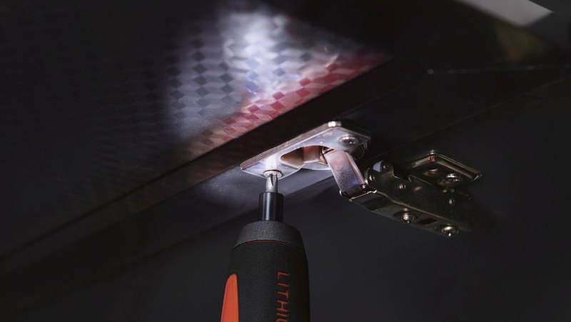 LEDライトで暗がりでのネジ締めがしやすい