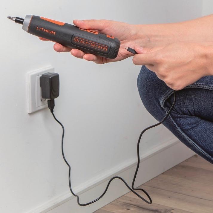充電用USBケーブルとACアダプターが付属