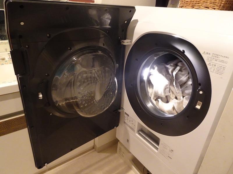 """扉が全面的なため、開閉時は要注意。通常のドラム式洗濯機に比べると、前面にスペースの余裕が必要。扉の裏側は""""ひまわりの種""""を模した形状で、凹凸部分で衣類を擦り洗いする効果もある"""