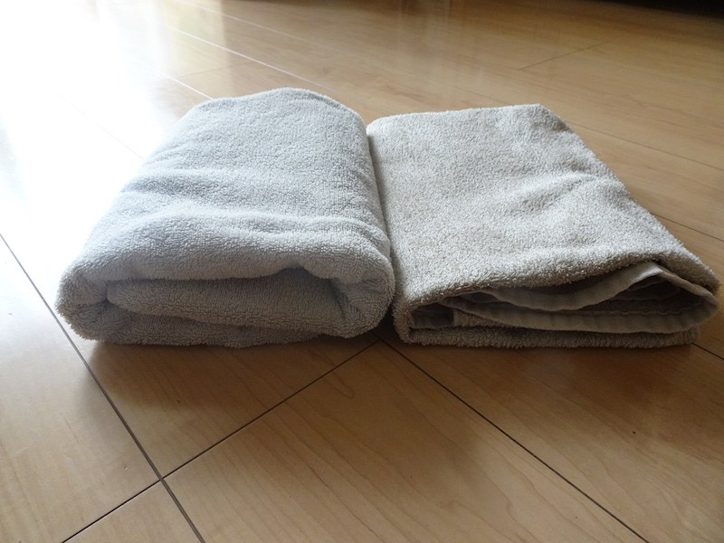 ペチャっと平らな部屋干し乾燥(右)のタオルと比べてみると、ふわふわさがわかる