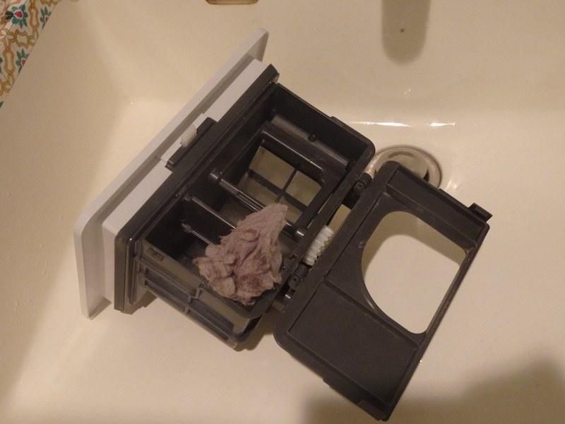 内側にある可動式のブレードでフィルターの網目に付着したゴミを自動でこそぎ落してくれる。そのため、お手入れの際は既にゴミが塊になっていて簡単に捨てられる