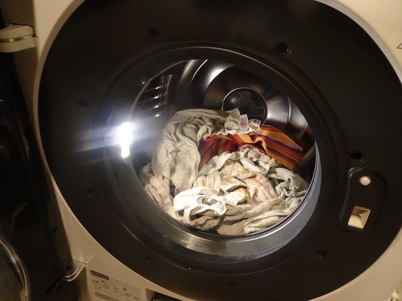 扉を開いた際にも自動でLEDが点灯。槽内が見やすく洗濯物の取り出し忘れなども防いでくれる