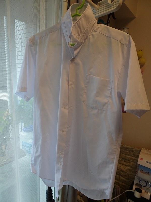 標準コースで洗濯後、部屋干しした形状記憶繊維のシャツ。叩き洗いの効果で皮脂汚れもしっかり落とせ、通常の汚れなら問題なし。洗濯ジワも控えめ