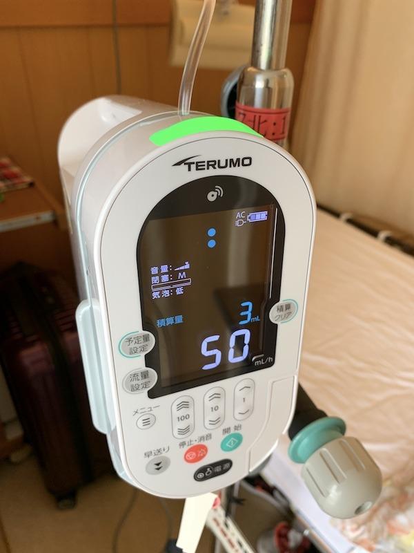 点滴の機械(輸液ポンプという名前だそうです)もバッテリーを内蔵していて、新しいのは5時間ぐらい駆動するらしいですけど、看護師さん曰く「だんだんバッテリーがヘタってきて30分とかになって患者さんから文句言われる」そうです