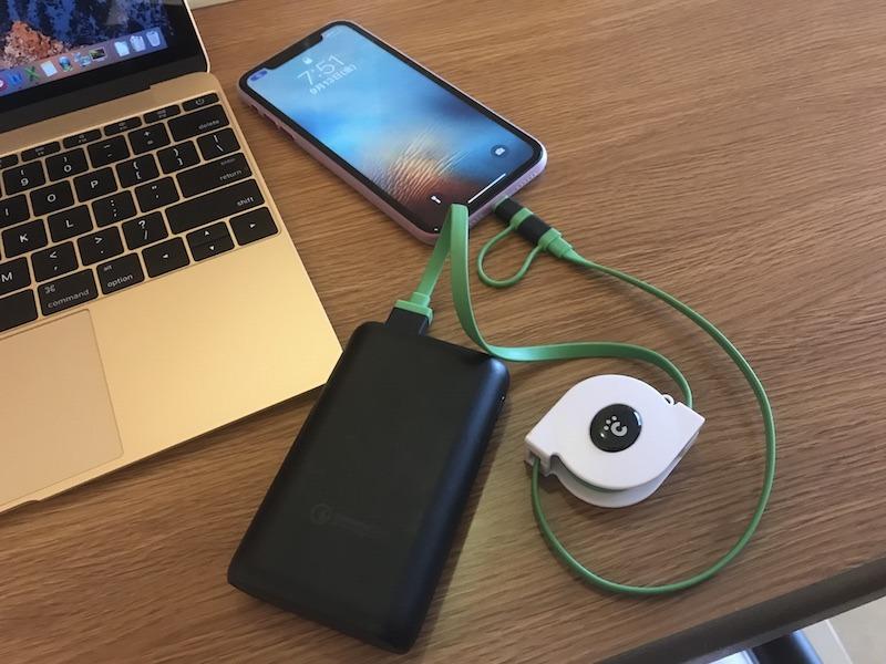 モバイルバッテリーがあれば、ベッドやテーブル上でスマホが充電できるのでスマート