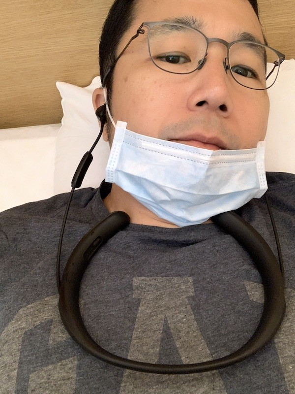 枕して寝るとき、ネックバンドが首に当たるのが気になるなら、このように前に置くとよいです