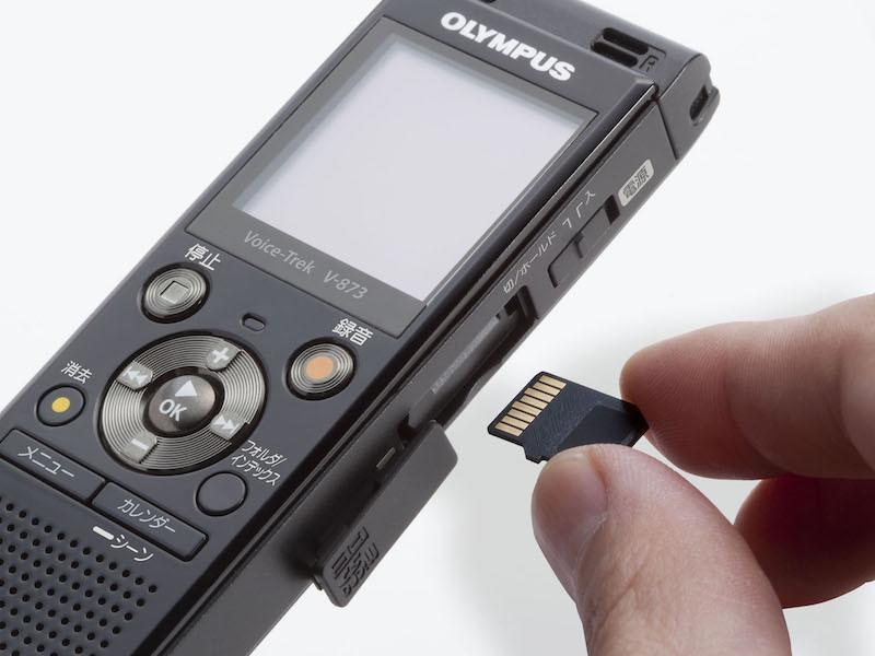 microSDカードスロットを備え、2〜32GBのカードに対応する