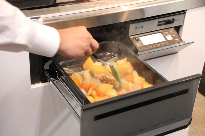 無水調理の肉じゃが。約35分加熱後に、一度混ぜて約10分保温してなじませる