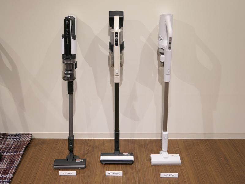 左からハイパワーモデル「MC-SBU830J」、フィルターレスサイクロンを搭載したお手入れ簡単タイプ「MC-SBU530J」、軽量モデル「MC-SB30J」