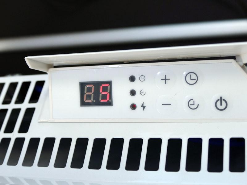 跳ね上げ式で出現する、製品上部の操作部。「+/-/オンタイマー/オフタイマー/電源」のボタンを備える