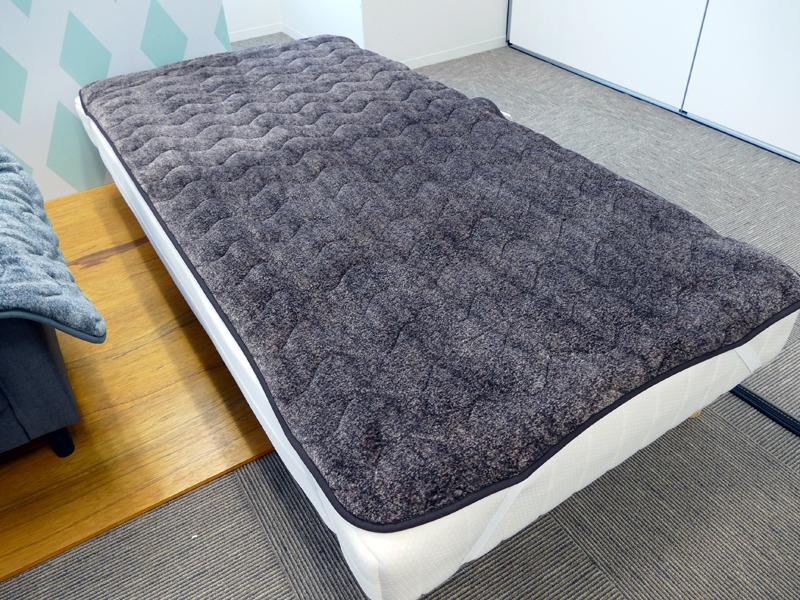一般的なシングルベッドにセットした「洗える電気敷パッド」